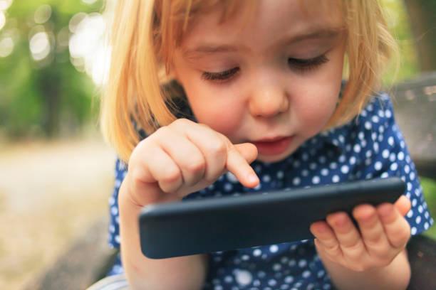 Kleines Kind mit Smartphone – Foto