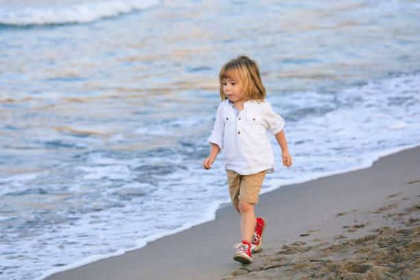 Kleines Kind zu Fuß am Strand – Foto