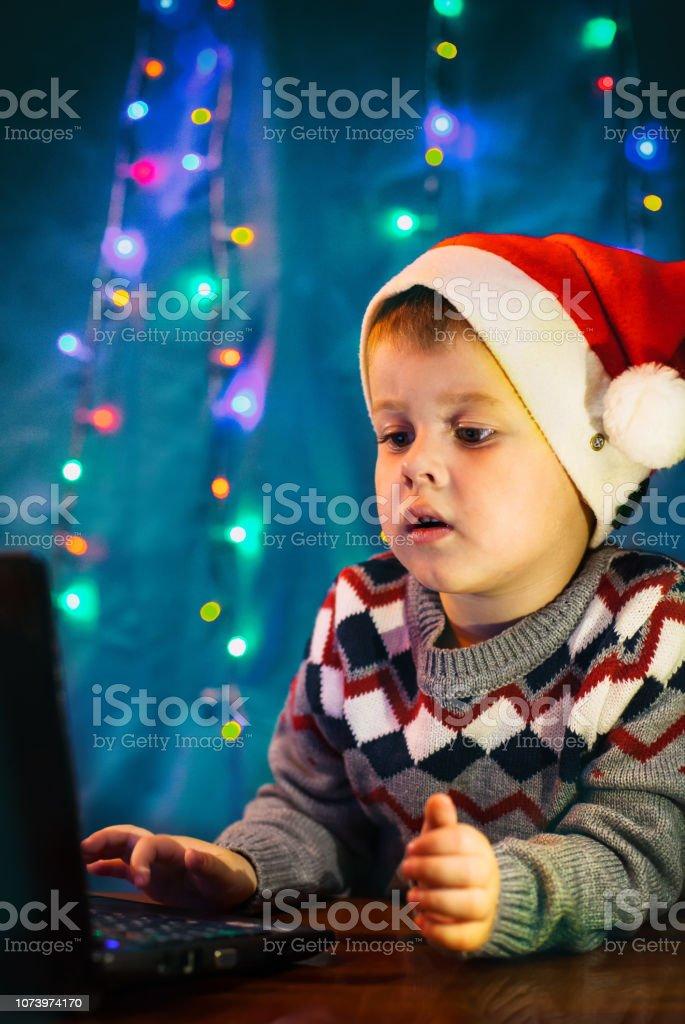 Lettre Electronique Au Pere Noel.Photo Libre De Droit De Petit Enfant Ecrit La Lettre Au Pere