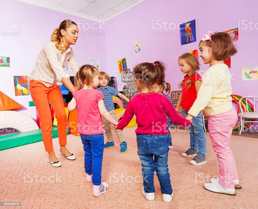 Petits enfants et professeur roundelay cours - Photo