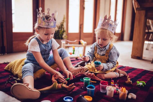meine lieben kinder, die spaß mit salzteig zu hause spielen - knete spiele stock-fotos und bilder