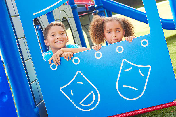 kleine kinder, die durch das playhouse fenster - mädchen spielhaus stock-fotos und bilder