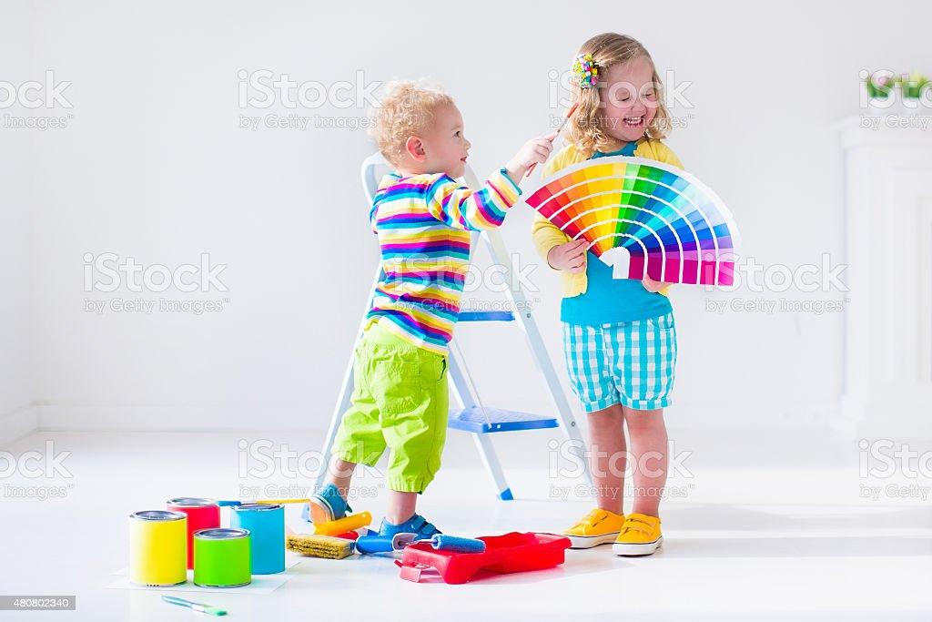 Fotografía de Poco De Niños Pintando Las Paredes En Casa Tareas y ...