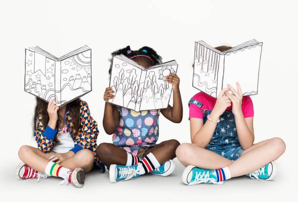 kleine kinder lesen geschichtenbücher - geschichten für kinder stock-fotos und bilder