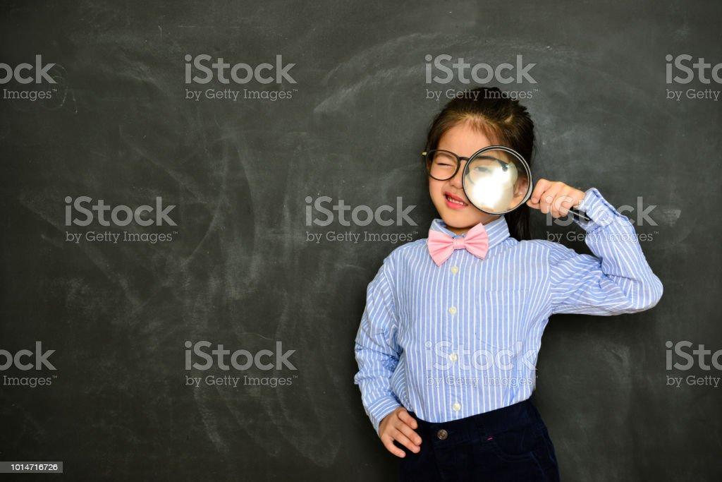 crianças de pé no fundo do quadro-negro - foto de acervo