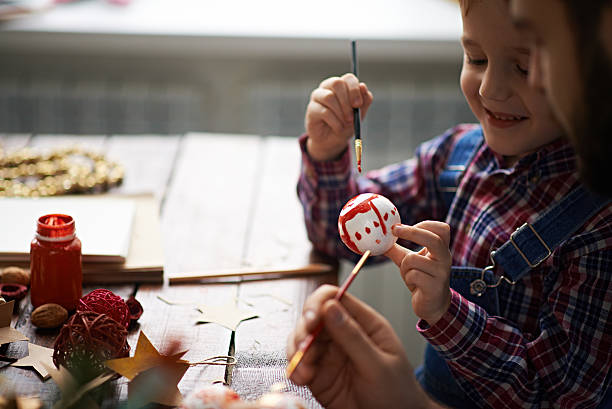 kleine weihnachts-künstler - diy xmas stock-fotos und bilder