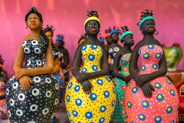 pequenas esculturas de mulher de barro pintaram com cores vibrantes e usado como decoração no nordeste do brasil em olinda e recife, pernambuco, brasil. - cerâmica artesanato - fotografias e filmes do acervo