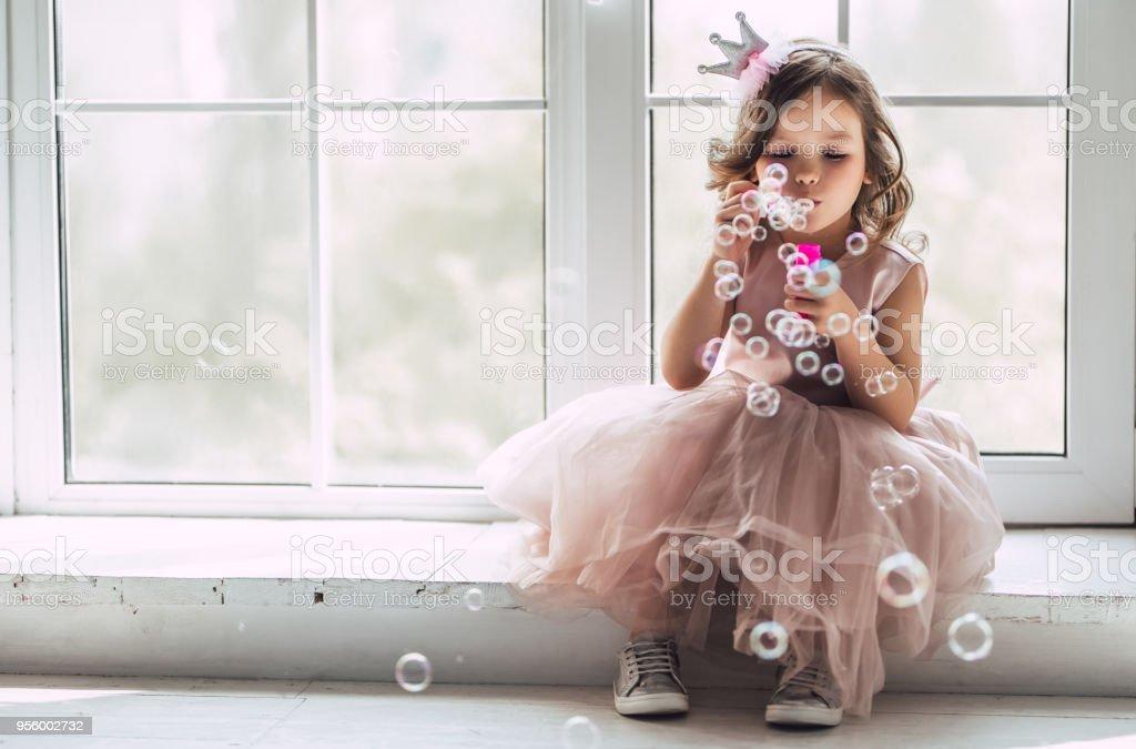 Petite fille mignonne en robe photo libre de droits