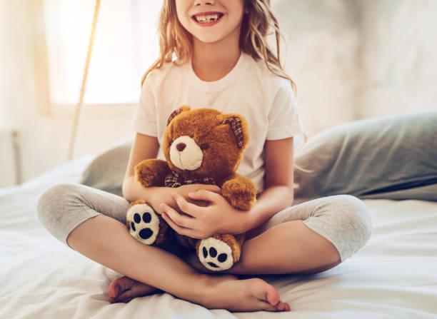 petite jolie fille - doudou photos et images de collection
