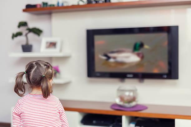 Bisschen Süßes Mädchen vor dem Fernseher im Wohnzimmer – Foto