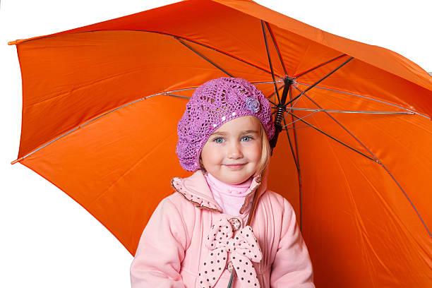 bisschen süßes mädchen mit regenschirm isoliert auf weißem hintergrund - kindermütze häkeln stock-fotos und bilder