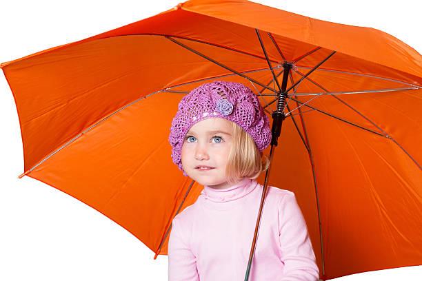 bisschen süßes mädchen mit regenschirm isoliert auf weißem hintergrund - kleinkinder kleid häkeln stock-fotos und bilder