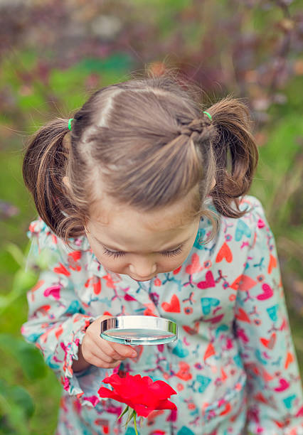 Bisschen Süßes Mädchen mit Lupe untersuchen Blume – Foto