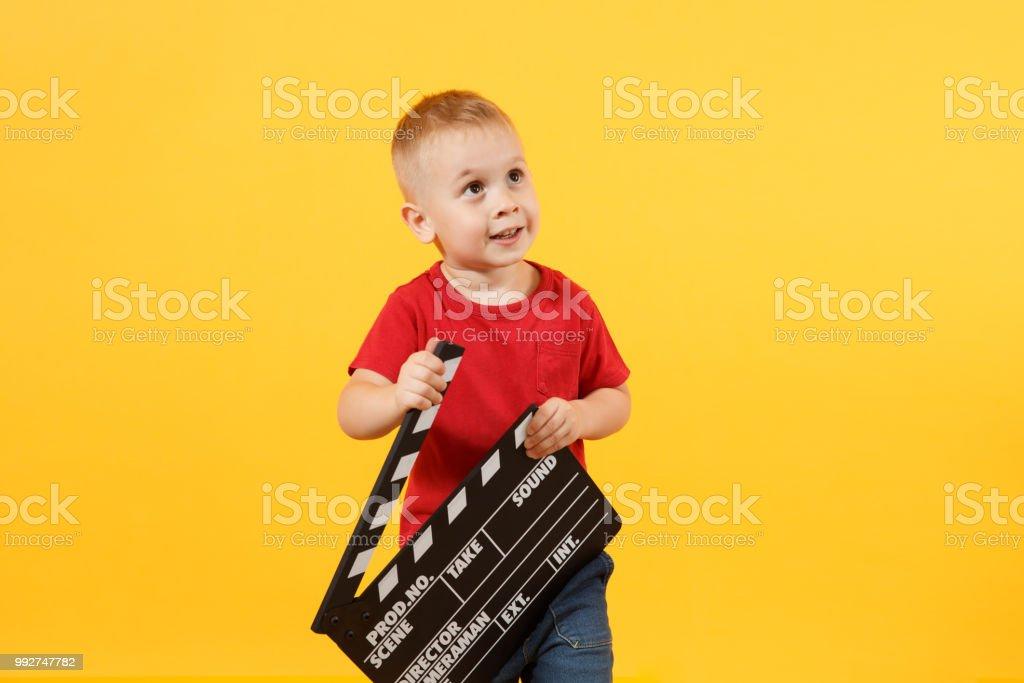 Kleine süße kind baby junge ca 34 jahre alt im roten tshirt hält in
