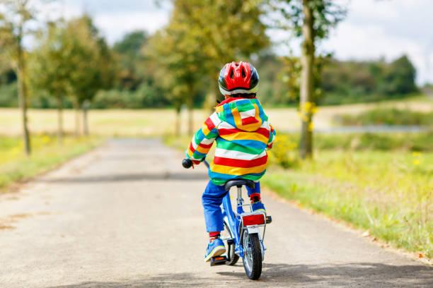 Kleine süße Kind Junge auf dem Fahrrad am Sommer oder autmn Tag. Gesundes glückliches Kind mit Spaß mit dem Radfahren auf dem Fahrrad. – Foto
