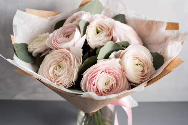kleinen zarten eleganten blumenstrauß, butterblumen und eukalyptus in blechdose und wasserglas auf weiß grau tisch, frühstück am morgen - zinn hochzeit stock-fotos und bilder