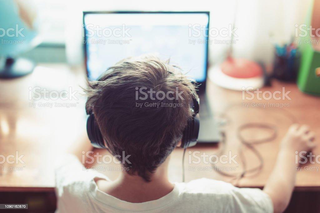 Abhängigen gamer Geißlein spielen auf laptop - Lizenzfrei Abhängigkeit Stock-Foto
