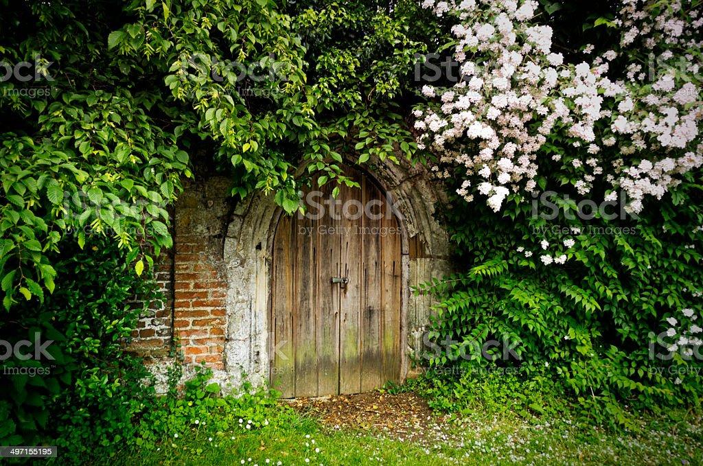 Kleine Tür in einem Friedhof der Wand – Foto