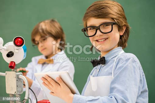 istock Little engineers! Elementary-age children collaborate on 'robot' creation. 516845890