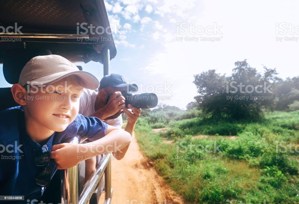 Expiorer junge mit seinem Vater auf safari – Foto