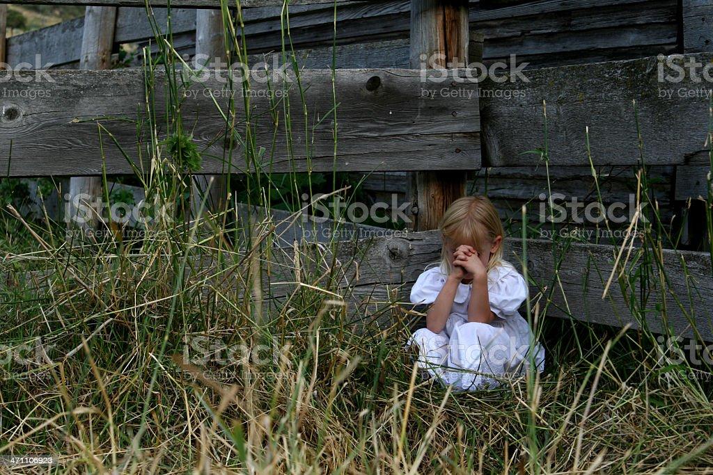 Kleine farm Mädchen Beten – Foto