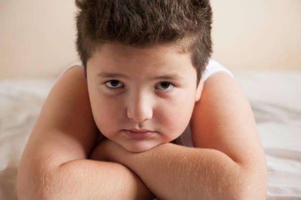 piccolo grassone è sdraiato sul cattivo guardare alla telecamera - china drug foto e immagini stock