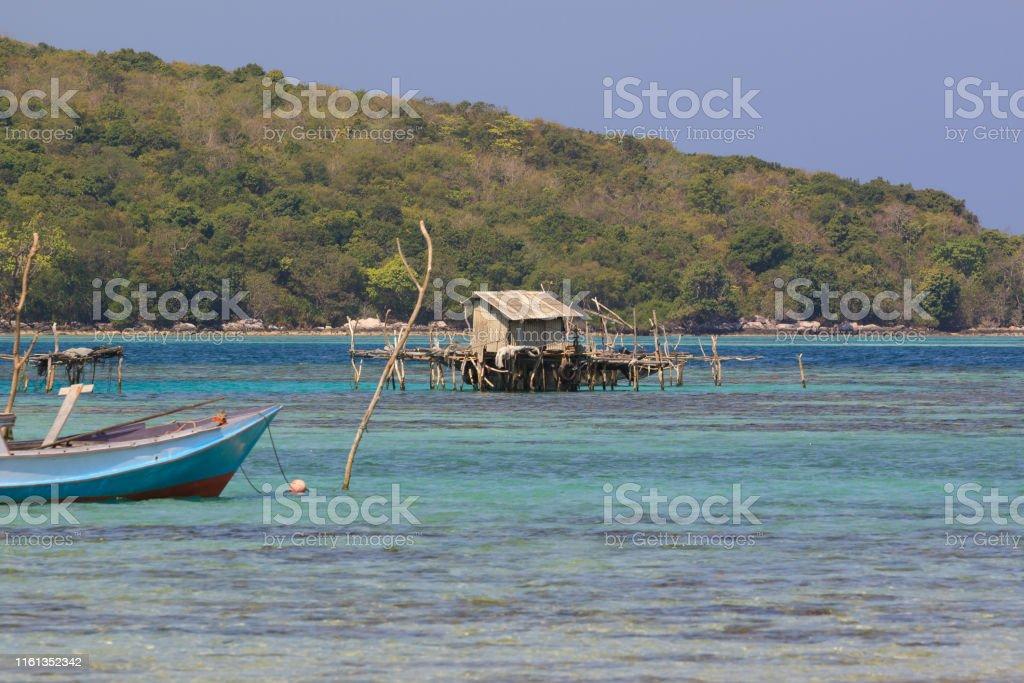 Kleine Fischerhütte direkt vor den unberührten Küsten von Karimunjawa (Java, Indonesien) - Lizenzfrei Beschaulichkeit Stock-Foto