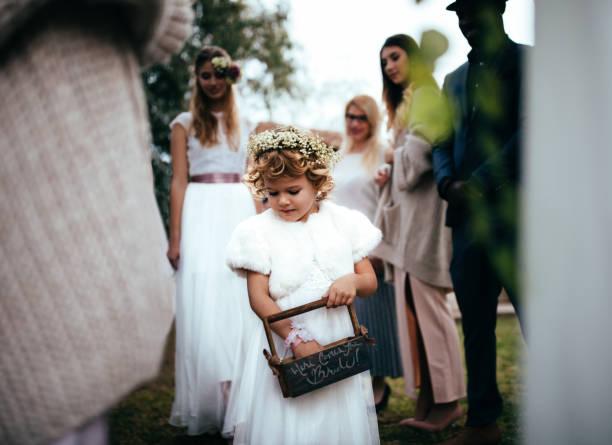 kleine blume mädchen walkling hinunter den gang bei trauung - hochzeitsfeier mit kindern stock-fotos und bilder