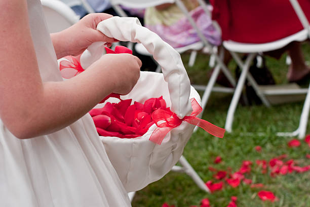 Kleine Blumenmädchen Herumwerfen Rosenblüten während Hochzeitszeremonie – Foto