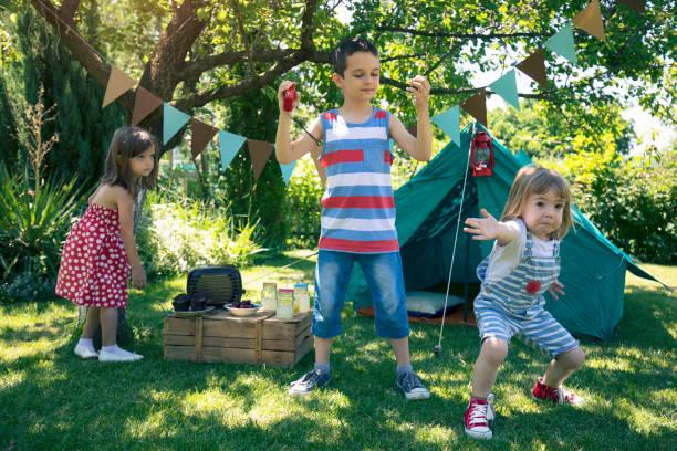kleine freunde mit garten-party - tanz camp stock-fotos und bilder