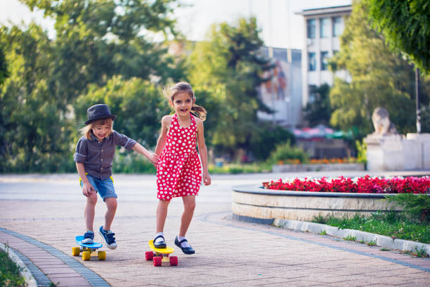 Kleine Freunde mit Skateboards – Foto