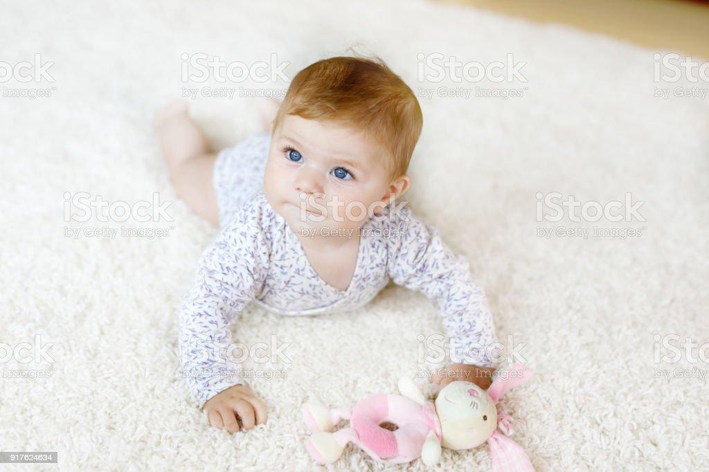 Kleine lustige Babymädchen Körper anheben und das Lernen zu kriechen. – Foto