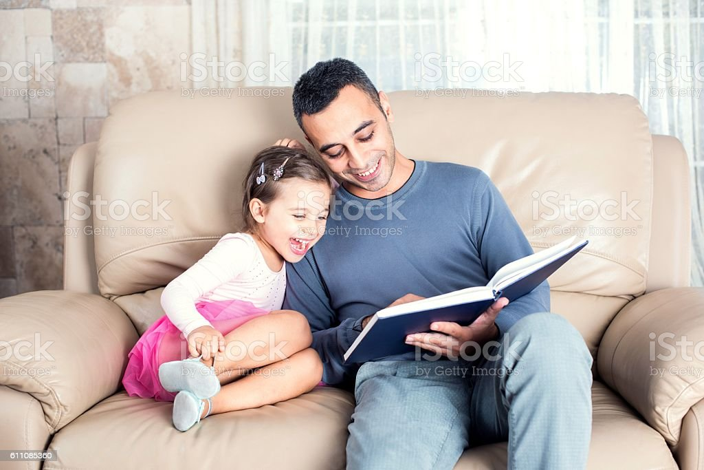 Little Girl And Father Reading Book – Foto