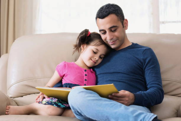 Kleine Mädchen und Vater Lesebuch – Foto