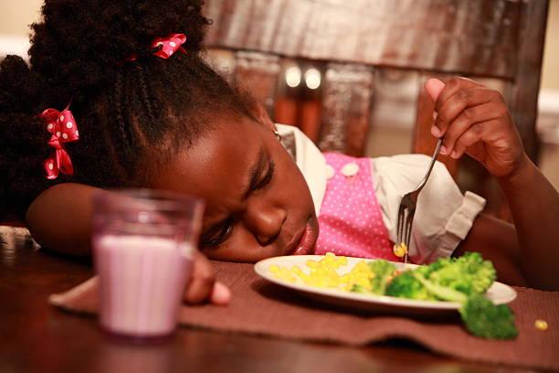Kleines Mädchen und gesunde Speisen – Foto