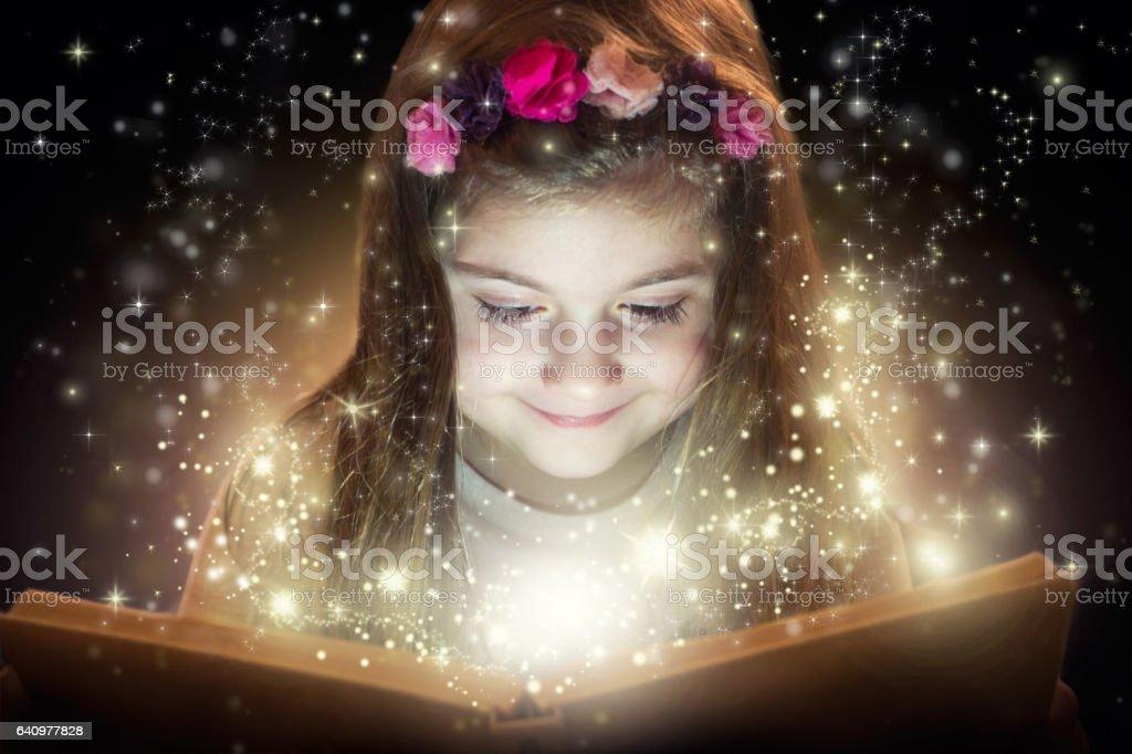 Klein meisje en haar magische boek foto