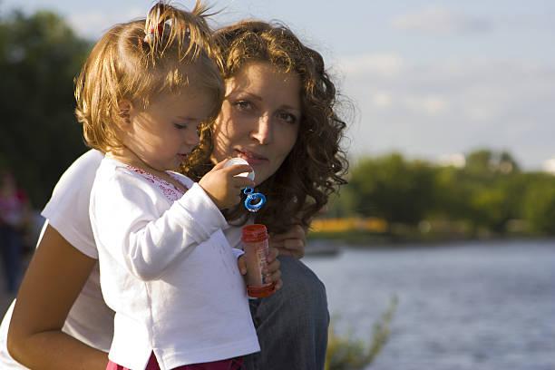 Kleine Mädchen und ihre Mutter machen Blase – Foto