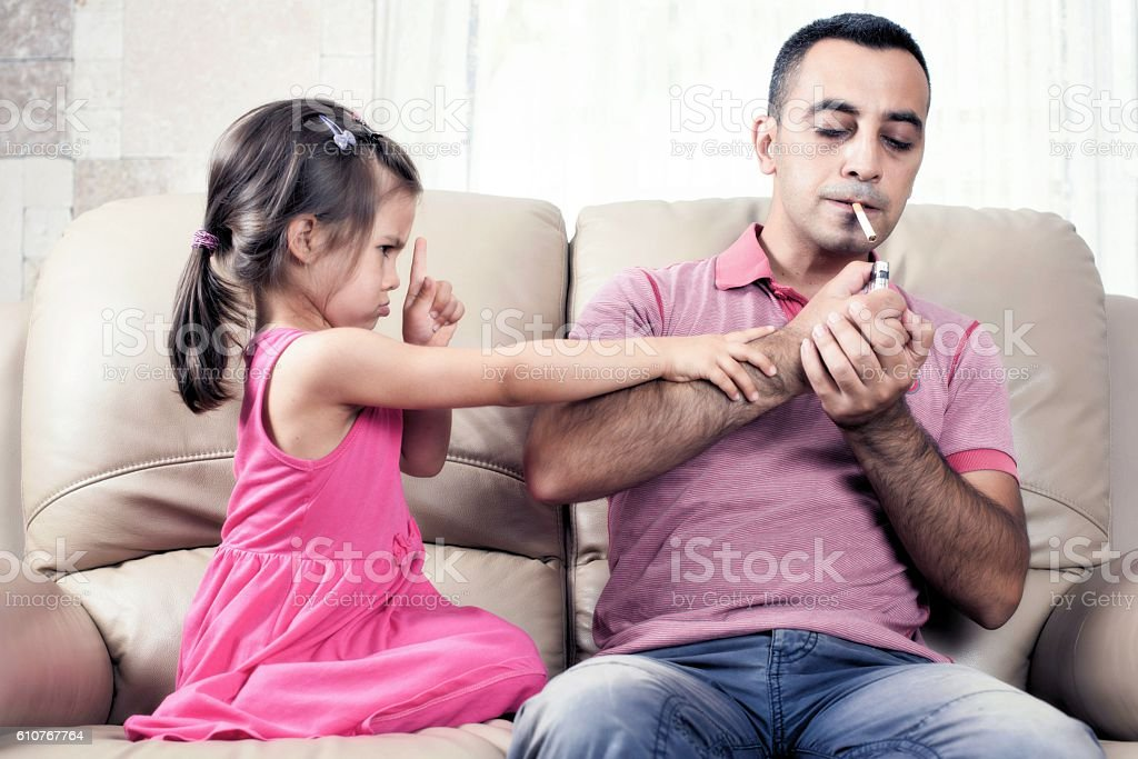 Little Girl And Her Smoker Father – Foto