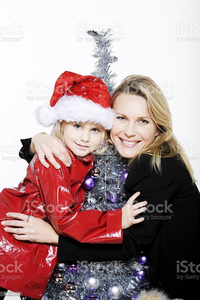 little girl e madre di preparare l'albero di Natale foto stock royalty-free