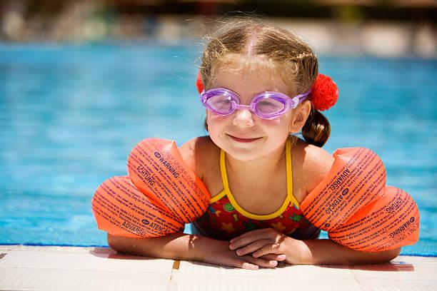 Kleines Mädchen am Rand des Pools – Foto