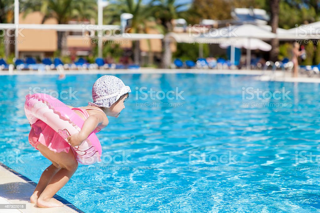 Little girl at the swimming pool​​​ foto