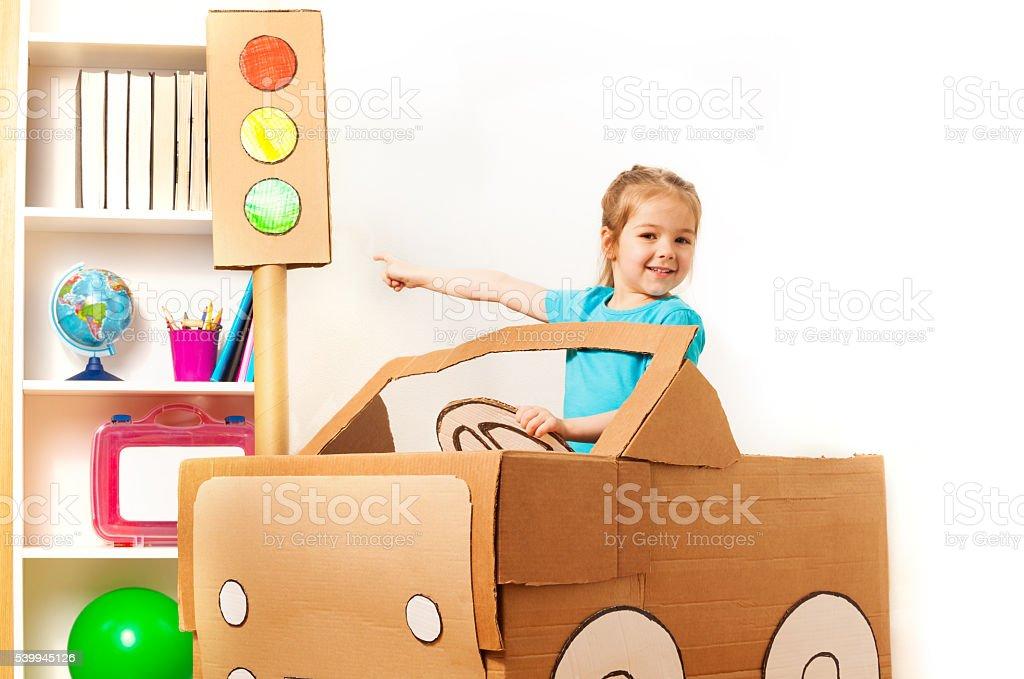 Foto De Menina No Volante De Carro De Papelão Artesanais E Mais