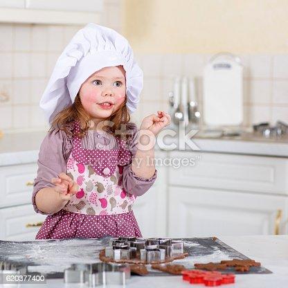 Dziewczynka Pieczenia Gingerbread Cookie W Kuchnia W Domu - Stockowe zdjęcia i więcej obrazów Boże Narodzenie