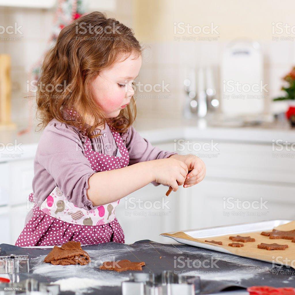 Dziewczynka pieczenia gingerbread cookie w Kuchnia w domu zbiór zdjęć royalty-free