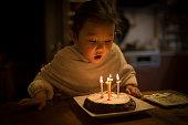 ケーキのろうそくの火を少女打撃
