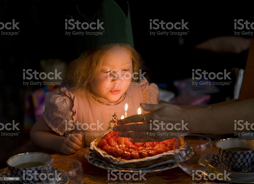 Petite fille souffler les bougies d'anniversaire - Photo