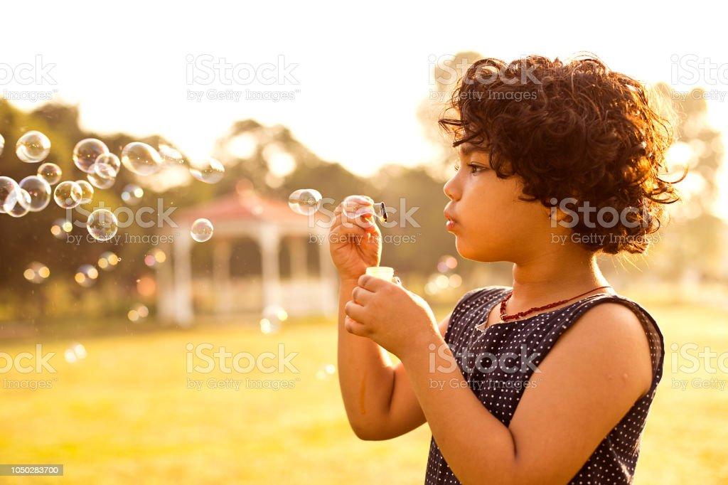 Kleines Mädchen Blasen Blasen – Foto