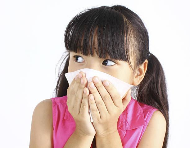 小さな女の子は彼女の吹く鼻 - くしゃみ 日本人 ストックフォトと画像
