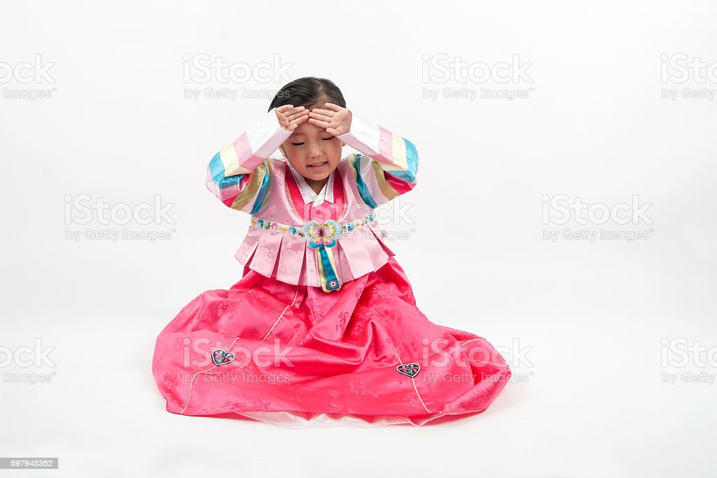 Little girl bow down in korea traditional clothes foto royalty-free