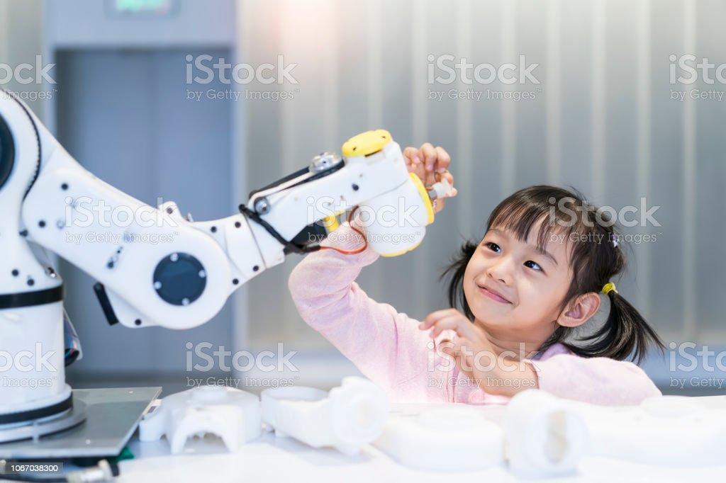 poco chica edificio robótica brazo en la escuela - Foto de stock de Robot libre de derechos